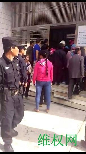 云南曲靖民办和代课教师500多人到市政府上访维权(图)