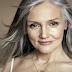 FABULOS! Arată ca la 30, dar are 70 de ani! Această femeie a utilizat rețeta ce îi întinerește pielea și îi îngroașă firul de păr și pe deasupra îmbunătățeste vederea!