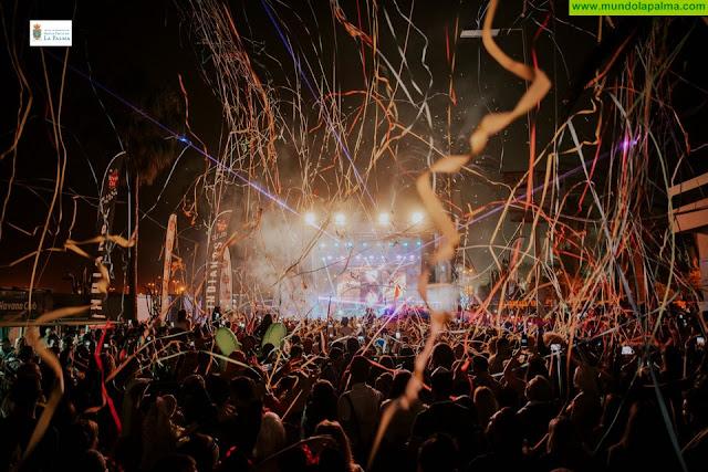 Miles de personas acuden a la Gran Fiesta del Carnaval, que ha venido para quedarse