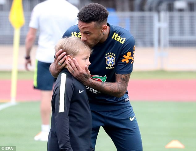 Neymar ăn vạ mua vui cho đồng đội 9