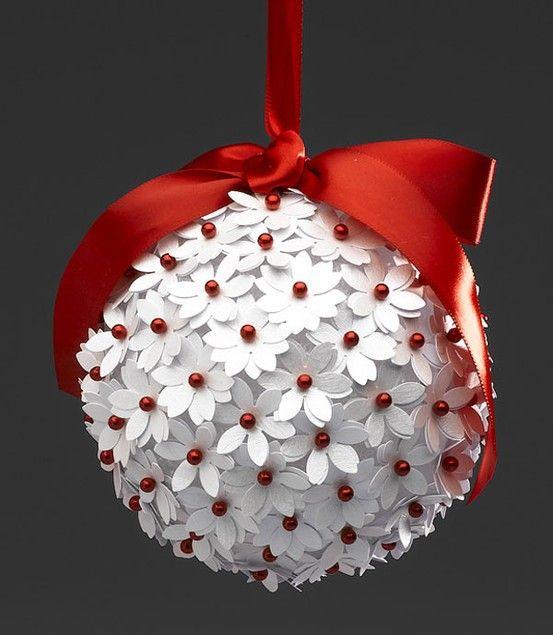 bola navideña de flores de papel.