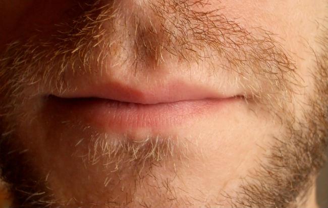 Bocca maschile guarita dall'herpes labiale