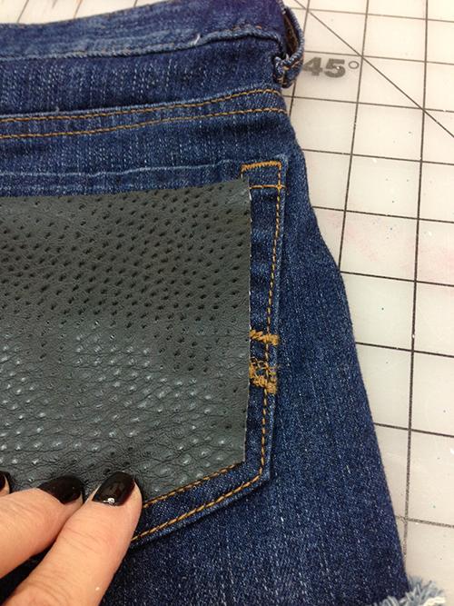 personalizar bolsillos con piel sintética y tachuelas
