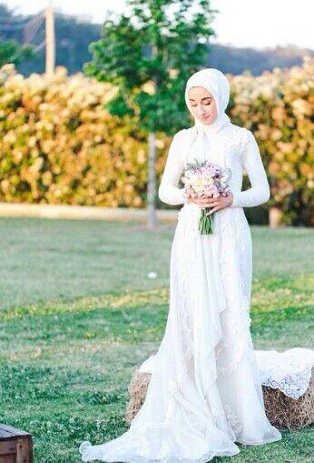 Inspirasi Busana Pernikahan Berhijab, Tak Berlebihan dan Punya Kesan Sempurna untuk Hari Besarmu!