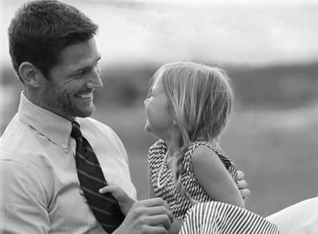 Οι άντρες νιώθουν πιο γοητευτικοί όταν γίνονται μπαμπάδες