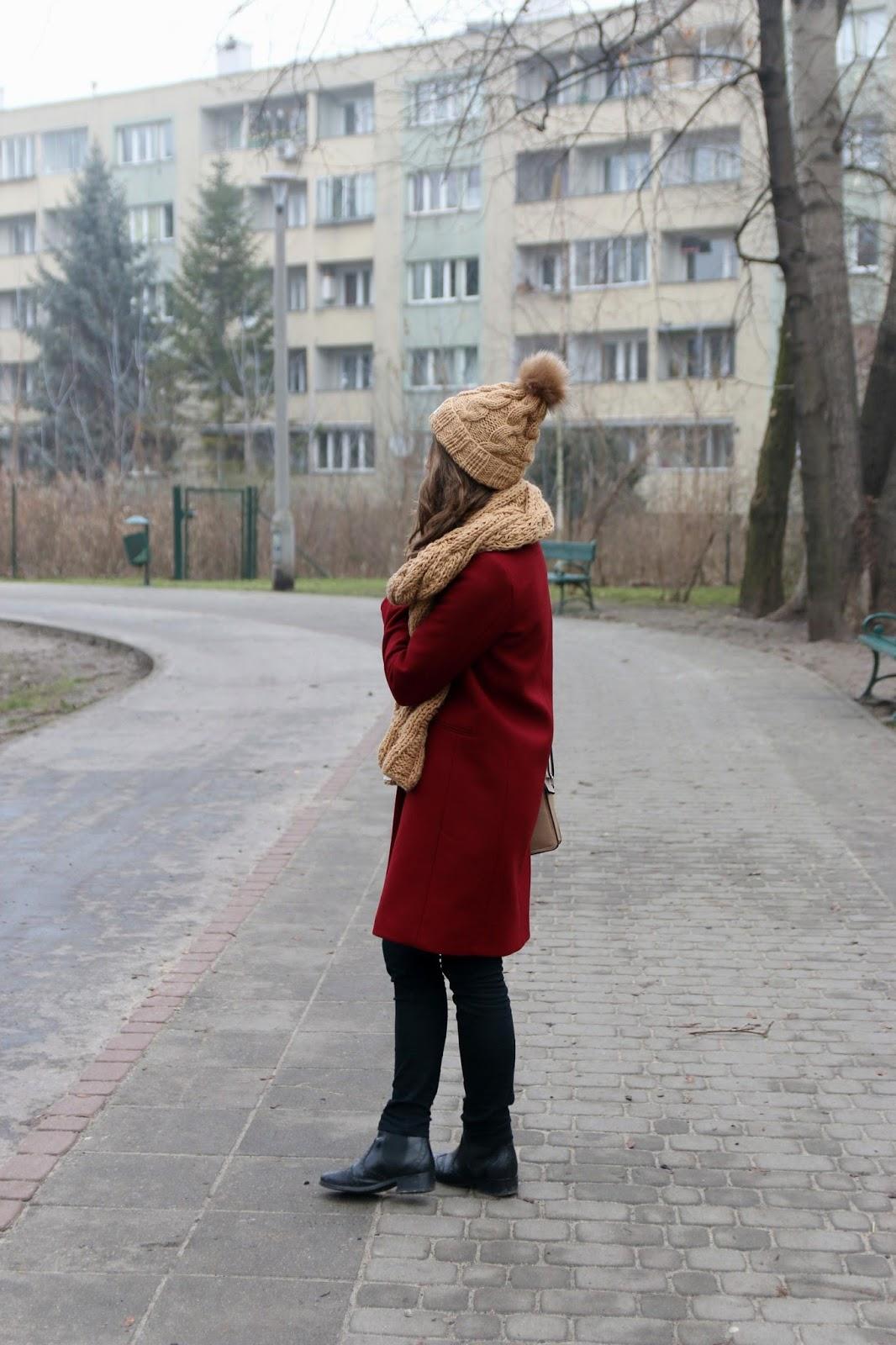 stylizacja w bordowym płaszczem