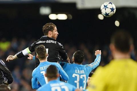 Ramos nhảy cao đánh đầu.