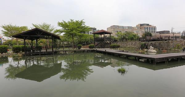 台中后里|后里四號公園|水池搭配親水步道和古色古香的涼亭|充滿詩情畫意