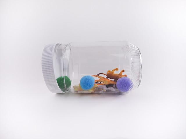 自製玩具也可以是好看又好玩的,明罐的彩色米裡面藏有小動物、小毛球跟小眼睛,搖一搖罐子,找找看動物們藏在哪裡?
