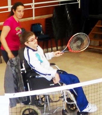 Foto de un discapacitado jugando tenis