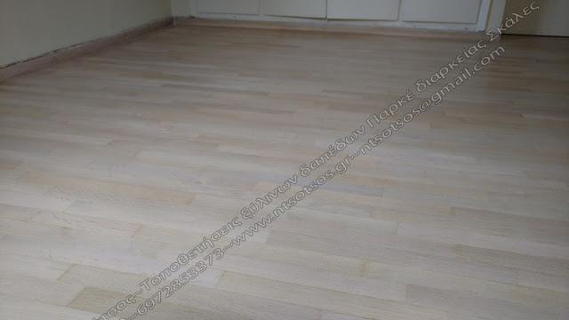 Βάψιμο ξύλινου πατώματος σε άσπρο-μπεζ απόχρωση