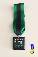 Foto medalla en fimo de la pantalla del juego space invaders en verde y negro