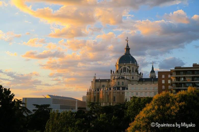 マドリードのアルムデナ大聖堂と夕焼け Sunset with Almudena Cathedral, Madrid