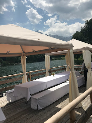 Hochzeitsprogramm Flossfahrt, Bunte Wiesenblumenhochzeit im Riessersee Hotel Garmisch-Partenkirchen, heiraten in Bayern, zwei Bräute, Regenbogen