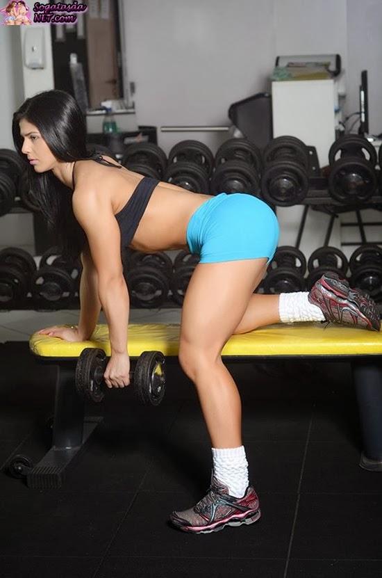Eva Andressa - Foto malhando de shortinho azul