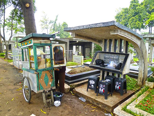 Vendedor ambulante de comida en un cementerio de Yakarta