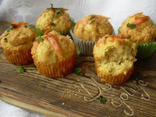 Muffiny z żółtym serem i wędzonym łososiem