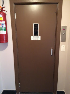 Pintura de porta com rolo com esmalte a base de agua na cor marrom SP