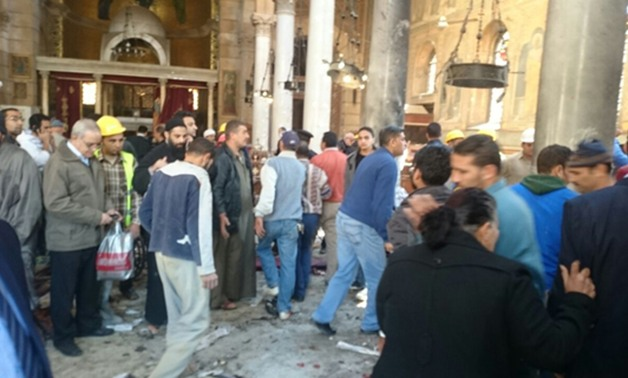 """بالفيديو.. الأقباط يشتبكون مع قيادات أمنية ويقومون بطردهم من داخل الكاتدرائية بعد الانفجار قائلين جايين بعد ايه """""""