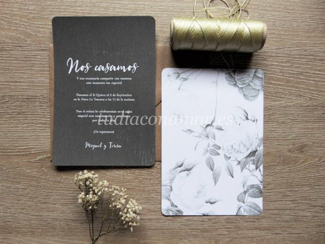 Una invitación de boda romántica, bonita y moderna. Diseño con fondo de pizarra y estampado de flores.
