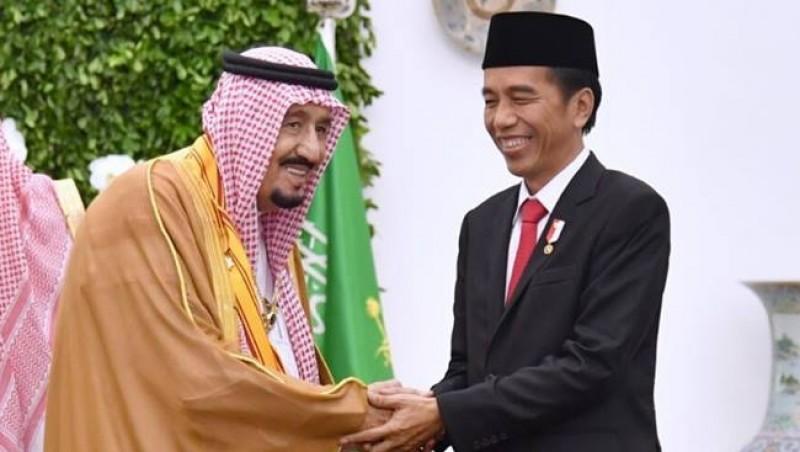 Presiden Jokowi menjabat tangan Raja Salman