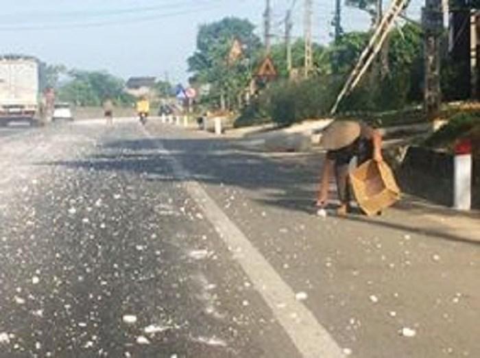 Kỳ Anh: Mất an toàn giao thông vì bụi đá vôi phủ trắng mặt đường