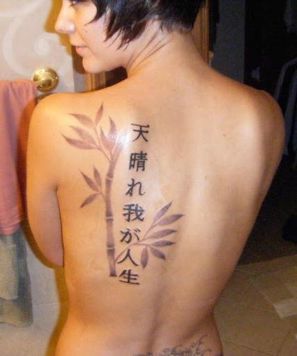 Pequeno japonês kanji da tatuagem para a menina