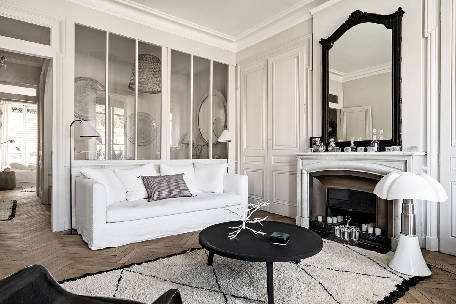 Decordemon monochrome french style city apartment for Maison decour