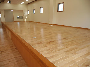 保育園の床に使用したカバ桜無垢フローリング・舞台