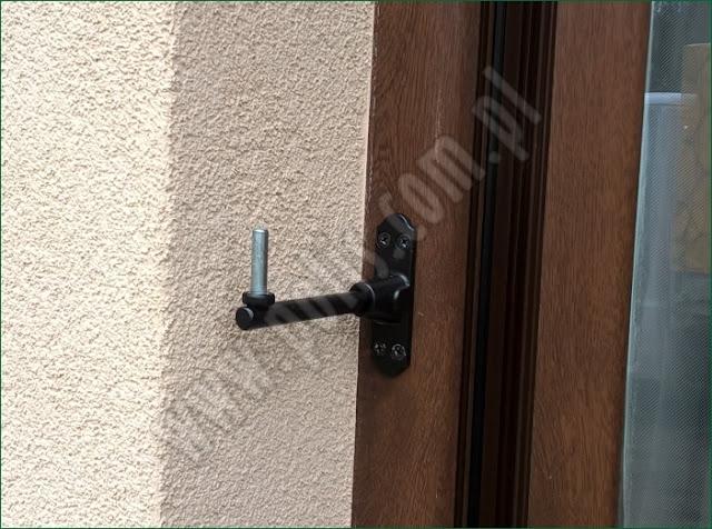 okiennice drewniane, montaż zawiasów do okna