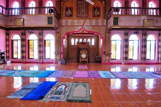 Unik! Tak Hanya Masjid, Seragam Mengaji Juga Berwarna Pink