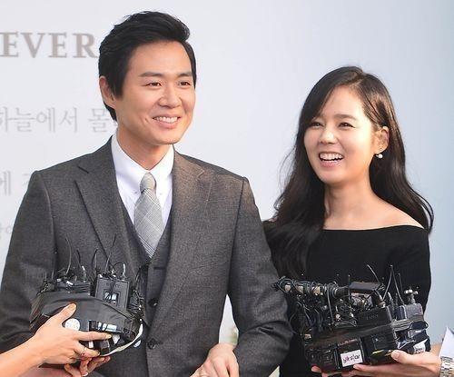 Od 2002 roku ma żonę Choi Eun Ae, z którą przed ślubem umawiał się tylko 10 miesięcy.