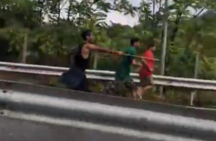 Τρόμος: Παράνομοι μετανάστες έκλεισαν την Εθνική οδό – Επιτέθηκαν στους οδηγούς