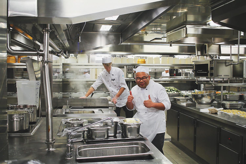 ... in der Bordküche an Bord der Mein Schiff 5 von Tui Cruises | Arthurs Tochter kocht. Der Blog für Food, Wine, Travel & Love von Astrid Paul