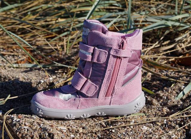 Spielen am Strand in neuen Herbst- und Winterschuhen (+ Verlosung). Hier zeige ich Euch z.B. tolle rosa Mädchen-Winterstiefel, die atmungsaktiv und wasserdicht sind und dennoch schön glitzern.