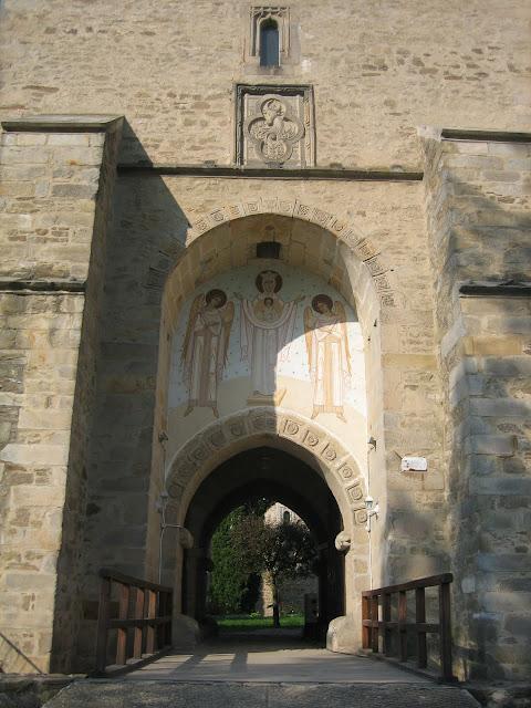 Monasterio Dragormina, puerta de entrada