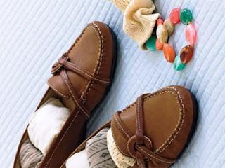 simpan kaus kaki dalam sepatu untuk hemat ruang