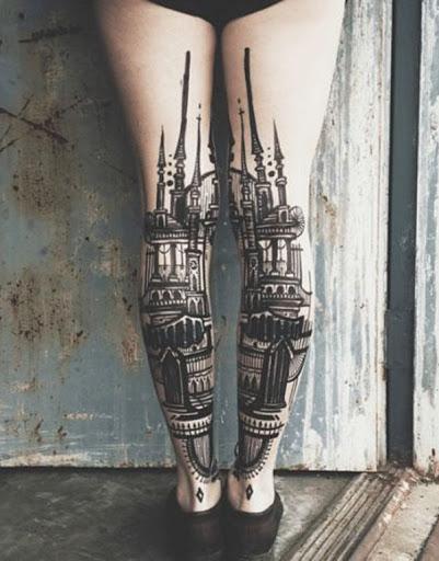 Você pode colocar uma tatuagem de um palácio, uma igreja ou qualquer magnífico edifício que você sempre sonhou visitar ou você visitou e sempre quis lembrar. Neste tatuagem, é colocado na parte de trás e em ambas as panturrilhas, para uma imagem completa.