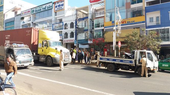 Gia Lai: Tai nạn lúc 3 giờ sáng, nữ công nhân quét rác nguy kịch