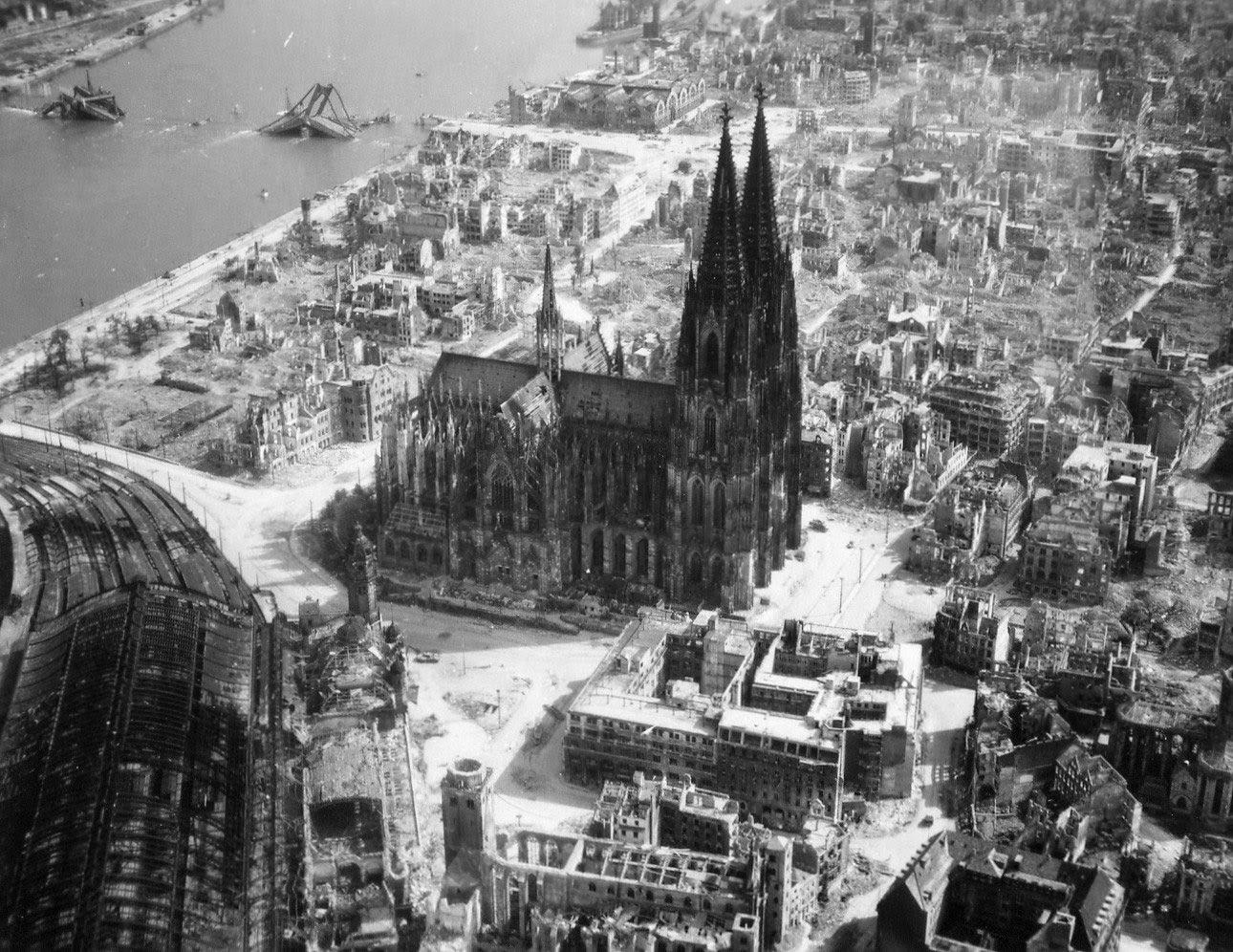 La catedral de Colonia se alza en medio de las ruinas de la ciudad después de los bombardeos aliados, 1944