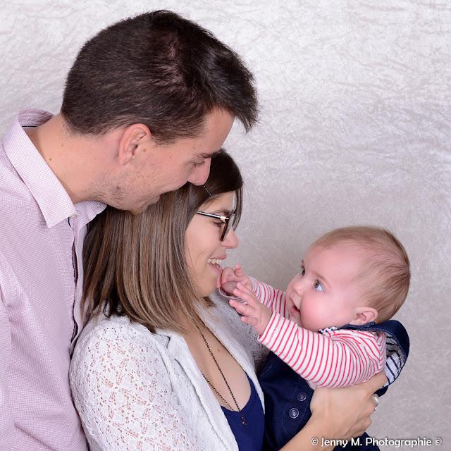 portrait famille en studio photo bébé avec papa et maman