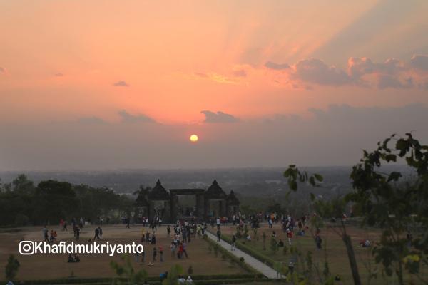 7 spot foto sambil menunggu sunset candi ratu boko