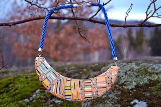 Collar hecho con madera reciclada