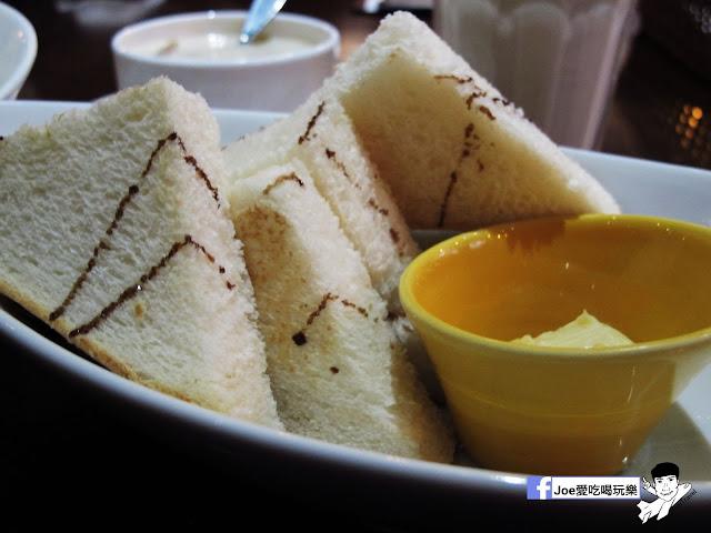 IMG 5292 - 【台中美食】二訪樂丘廚房!! 樂丘廚房 - 東海店 這次依舊點了最喜歡的鬆餅漢堡、蜜糖鬆餅,還有最新菜色!!!!舒芙蕾鬆餅!! 軟軟綿綿的口感,搭配抹茶醬一整個幸福!!!