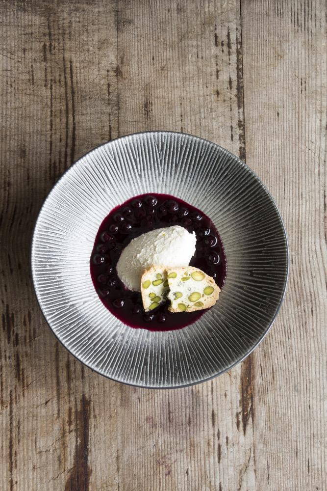 Dessert: Joghurtmousse-Pistazienkeks-Heidelbeeren aus Food, Love & Wine von Kerstin Getto (Rezension)   Arthurs Tochter kocht. von Astrid Paul. Der Blog für food, wine, travel & love