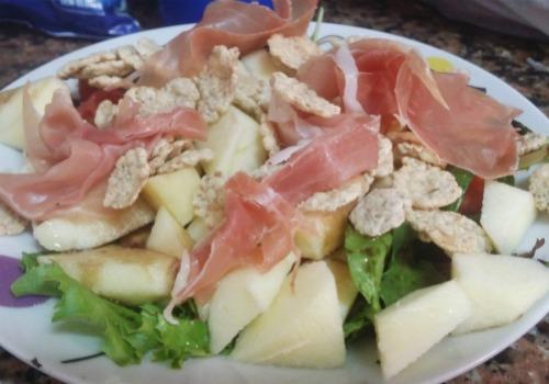 Una ensalada con manzana y jamón