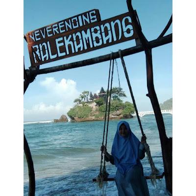Gambar Ayunan Pantai Balekambang Jawa Timur