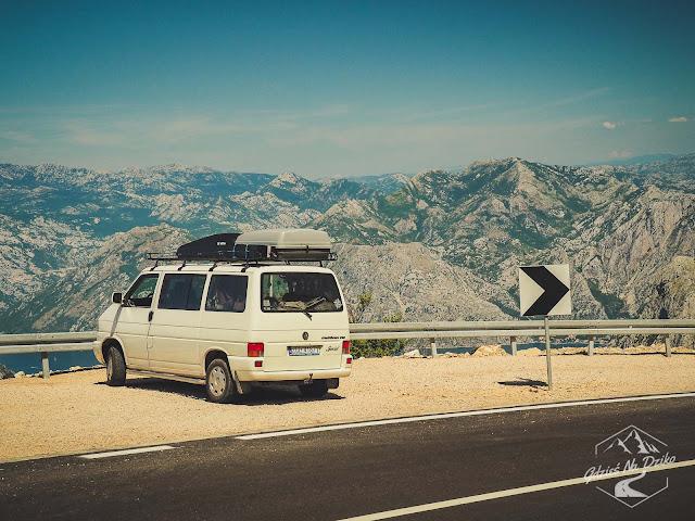 Swieżutki asfalt na podjeździe z Kotoru na Lovcen w Czarnogórze