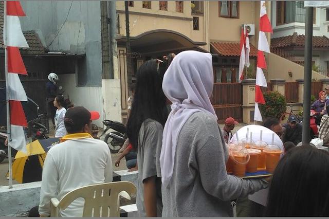 photo gadis berjilbab jualan minuman di Ciputat