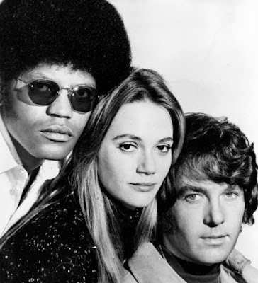 Foto antiga de Peggy Lipton com co-atores Michael Cole e Clarence Williams